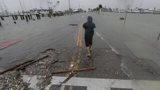 ΗΠΑ: «Χτύπησε» το Τέξας ο τυφώνας Χάνα - Κολύμπι στα... νερά από τις πλημμύρες