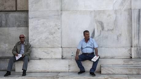 Αναδρομικά συνταξιούχων: Τι ισχύει με την περικοπή σε δώρα και επικουρικές