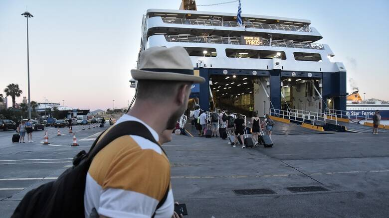 Συνωστισμός στο λιμάνι του Πειραιά: Αναχωρούν οι αδειούχοι του Αυγούστου
