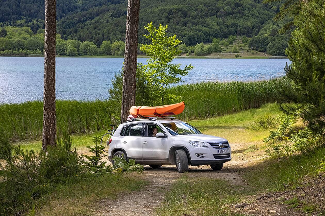 https://cdn.cnngreece.gr/media/news/2020/07/31/229170/photos/snapshot/family-car-lake-1.jpg