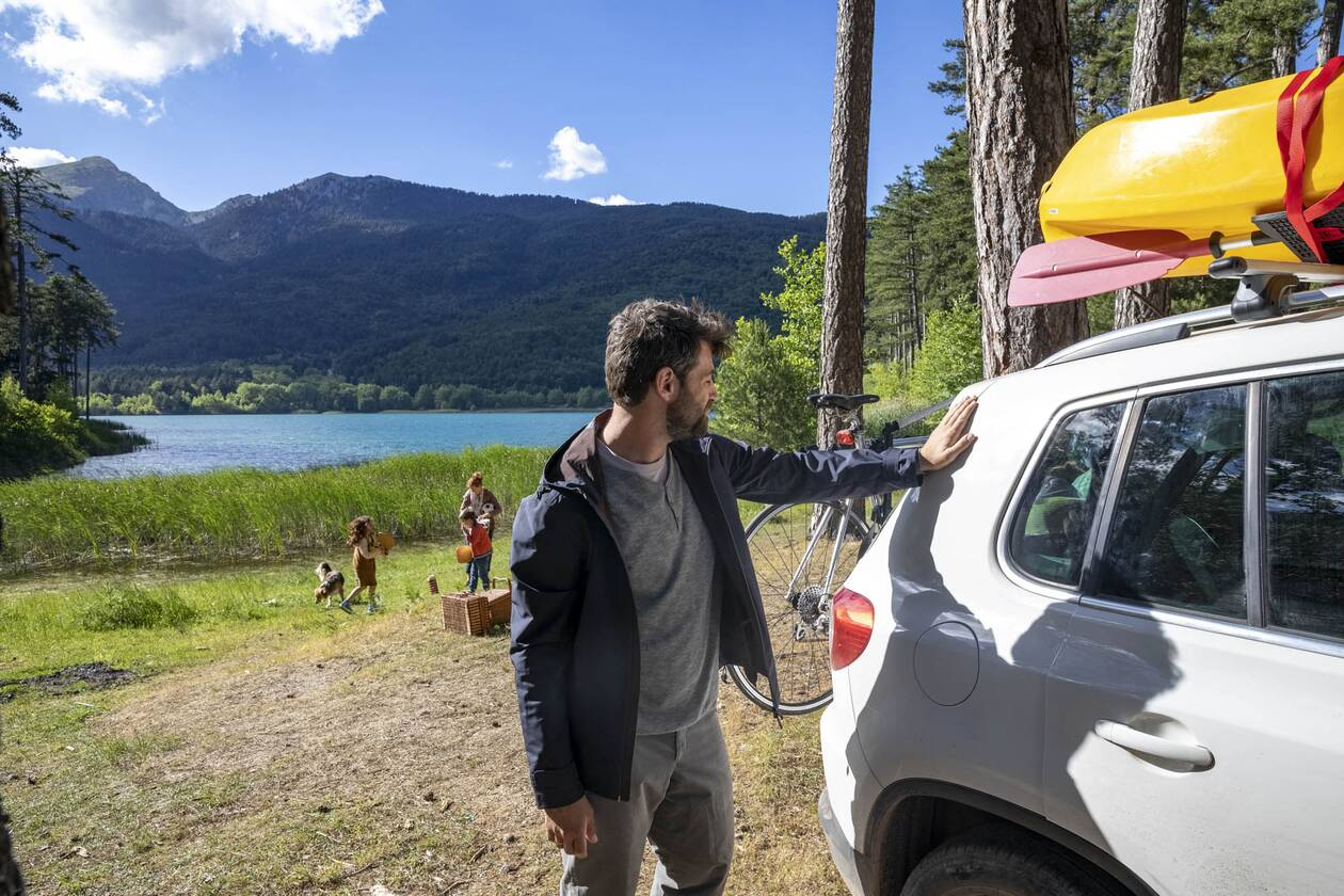 https://cdn.cnngreece.gr/media/news/2020/07/31/229170/photos/snapshot/family-car-lake-2.jpg