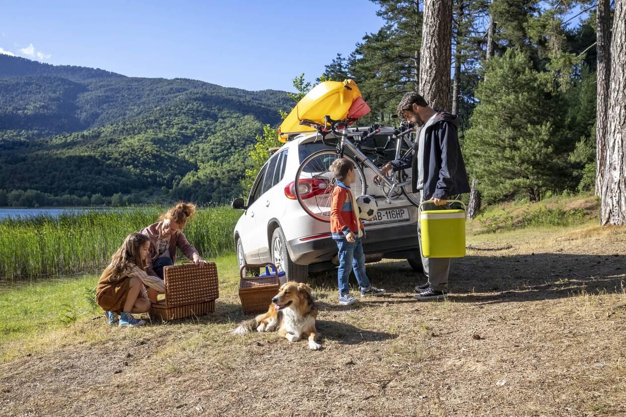 https://cdn.cnngreece.gr/media/news/2020/07/31/229170/photos/snapshot/family-car-lake-3.jpg