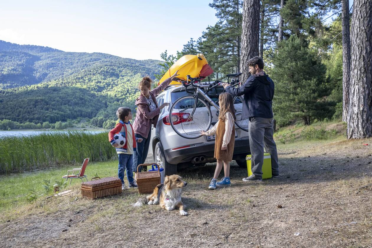 https://cdn.cnngreece.gr/media/news/2020/07/31/229170/photos/snapshot/family-car-lake-5.jpg