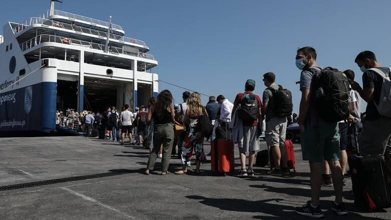 Αυξημένη και σήμερα η κίνηση στο λιμάνι του Πειραιά - Εντατικοί οι έλεγχοι λόγω κορωνοϊού