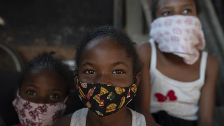 Κορωνοϊός – Βραζιλία: Δασκάλα πηγαίνει στα σπίτια των μαθητών της για μια αγκαλιά