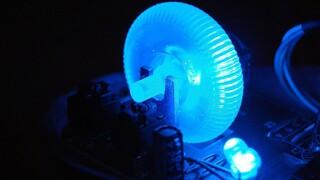 Έρευνα συνδέει το μπλε φως από τις ηλεκτρικές συσκευές με τον καρκίνο του εντέρου