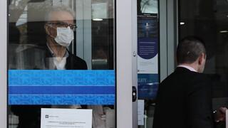 Κορωνοϊός: Ποιες συναλλαγές στα γκισέ σταματούν από την Τρίτη οι τράπεζες