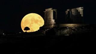 Πανσέληνος Αυγούστου: Εικόνες από την ωραιότερη νύχτα του ελληνικού καλοκαιριού
