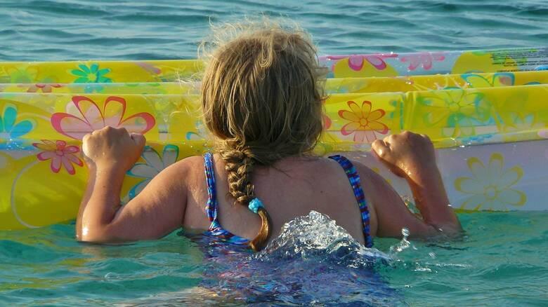 Περιπέτεια για κορίτσι στη Νάξο όταν παρασύρθηκε το στρώμα θαλάσσης της