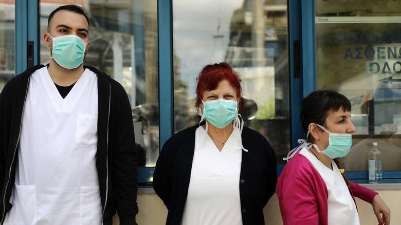 Υποχρεωτικά τεστ κορωνοϊού για υγειονομικούς που επιστρέφουν από άδεια