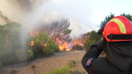 Μεγάλη φωτιά κοντά στον οικισμό Δροσοπηγή στη Μάνη