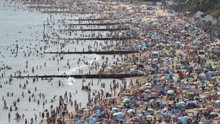 Κορωνοϊός: Στις παραλίες οι Ευρωπαίοι λόγω ζέστης – «Περίπατο» τα μέτρα προστασίας