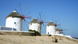 «Φρένο» στις οικοδομικές άδειες για τουριστικά καταλύματα σε Μύκονο και Σαντορίνη