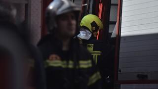 Θεσσαλονίκη: Καρέ - καρέ η επιχείρηση απεγκλωβισμού τεσσάρων ατόμων από φλεγόμενο κτήριο
