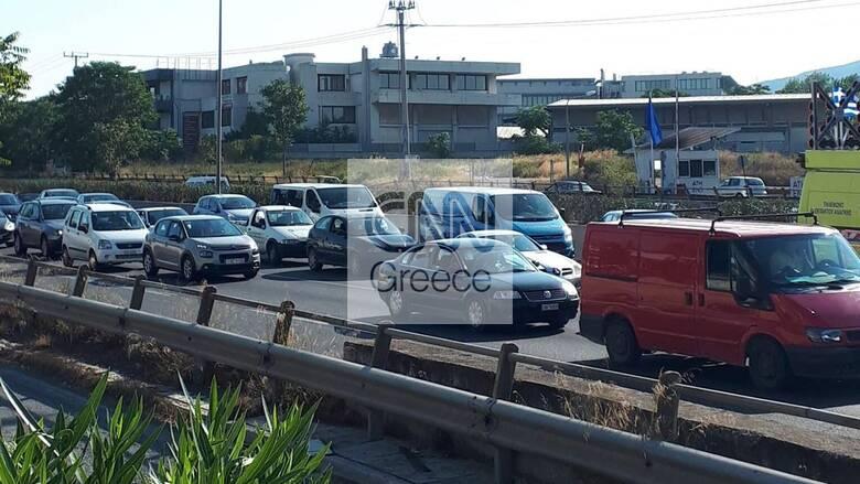 Ουρά χιλιομέτρων και ταλαιπωρία: Τούμπαρε φορτηγό στην Ε.Ο. Αθηνών – Λαμίας