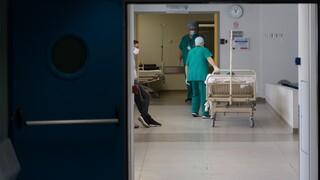Κορωνοϊός στην Ελλάδα: Διασωληνώθηκε 27χρονη γιατρός