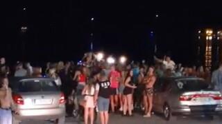 Ζάκυνθος: Έφυγαν από τα κλαμπ και τα μπαρ και συγκεντρώθηκαν στην παραλία