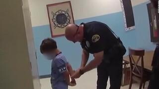 Βίντεο - σοκ από τις ΗΠΑ: Αστυνομικοί περνάνε χειροπέδες σε 8χρονο