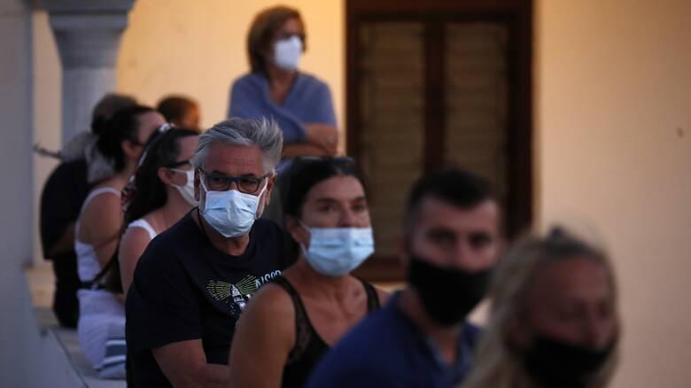 Δεκαπενταύγουστος στη δίνη του κορωνοϊού: «Συναγερμός» για την ευρεία διασπορά και νέα μέτρα