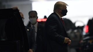 Κορωνοϊός -ΗΠΑ: Νέο ρεκόρ κρουσμάτων – Στο νοσοκομείο με μάσκα ο Τραμπ