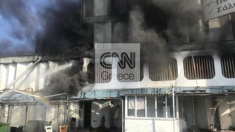 Καρέ-καρέ η επιχείρηση κατάσβεσης της φωτιάς στο εργοστάσιο στην Μεταμόρφωση