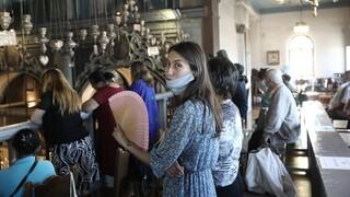 Δεκαπενταύγουστος στην Τήνο: Προσκύνημα με κατάνυξη αλλά και μάσκες