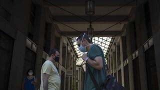 Κορωνοϊός: Ανησυχία παρά τη μείωση των κρουσμάτων - Τα βλέμματα στην επιστροφή των αδειούχων