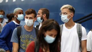 Μάσκες παντού, τηλεργασία και μοντέλο Πόρου: Τα νέα μέτρα που εξετάζει η κυβέρνηση για τον κορωνοϊό
