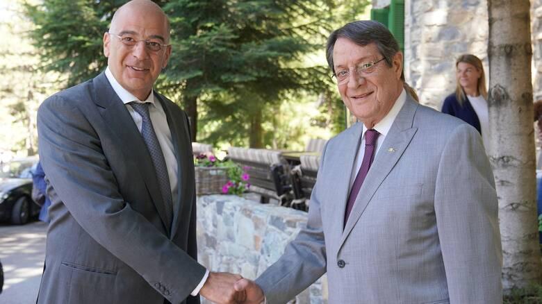 Σε εξέλιξη η επίσκεψη Δένδια στην Κύπρο - Συναντήθηκε με Αναστασιάδη