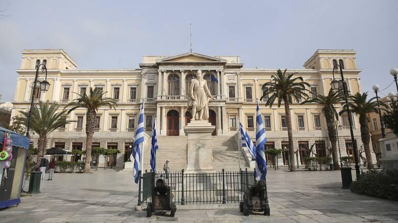 Κορωνοϊός: Θετικός διαγνώστηκε δημοτικός υπάλληλος στη Σύρο
