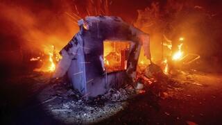 Συνεχίζεται η πύρινη κόλαση στην Καλιφόρνια: Χιλιάδες άνθρωποι εγκαταλείπουν τα σπίτια τους