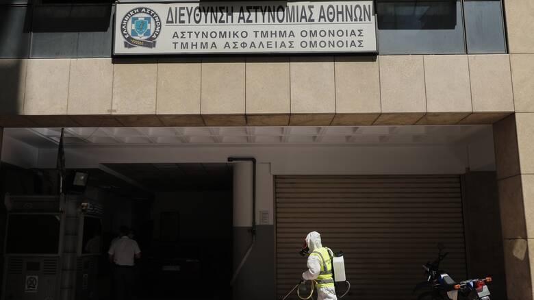 Κορωνοϊός: Σε καραντίνα έξι αστυνομικοί και όλοι οι κρατούμενοι στο Α.Τ. Ομόνοιας