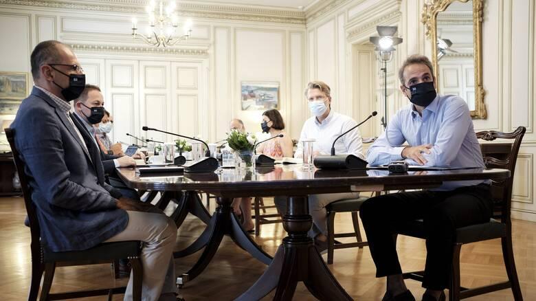 «Κόκκινος συναγερμός» για τον κορωνοϊό: Σύσκεψη υπό τον Μητσοτάκη και νέα μέτρα στο «τραπέζι»