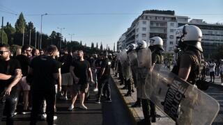 Διαμαρτυρία στο κέντρο της Αθήνας για το κλείσιμο των νυχτερινών κέντρων τα μεσάνυχτα