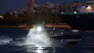Κρήτη: Καρέ-καρέ η διάσωση άντρα που βρέθηκε στη θάλασσα από κανό