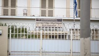 Σουβλιά, τηλέφωνα και hands free: Τι βρέθηκε σε νέα έρευνα στις φυλακές Κορυδαλλού