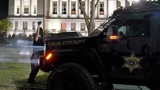 Συνελήφθη έφηβος για θανάσιμους πυροβολισμούς διαδηλωτών στο Ουισκόνσιν