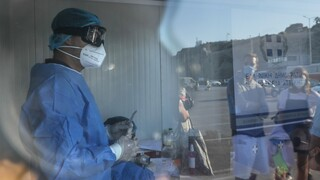 Κορωνοϊός: 24χρονη που ήξερε ότι ήταν θετική πήρε το πλοίο για Σαντορίνη