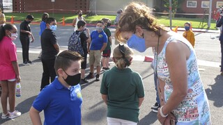 ΕΕ: Οι μαθητές επιστρέφουν στα σχολεία με μάσκες και ολιγομελή τμήματα