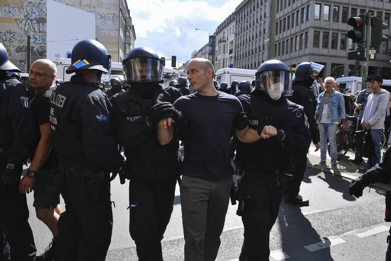 Κορωνοϊός - Βερολίνο: Η αστυνομία διέλυσε μαζική συγκέντρωση κατά των μέτρων πρόληψης