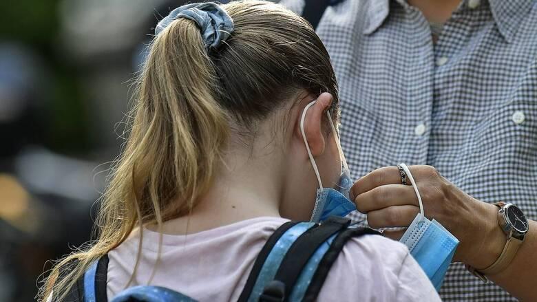 Άνοιγμα σχολείων: Οδηγίες για τη σωστή χρήση της μάσκας από τα μικρά παιδιά