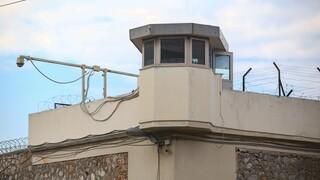 Συνελήφθη σωφρονιστικός υπάλληλος που απείλησε κρατούμενο