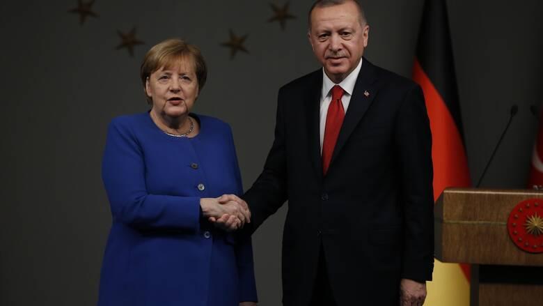 Ερντογάν σε Μέρκελ: Απαράδεκτο να υποστηρίζετε την εγωιστική στάση της Ελλάδας