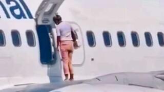 Απίστευτο βίντεο: Επιβάτης κάνει… βόλτα σε φτερό αεροσκάφους