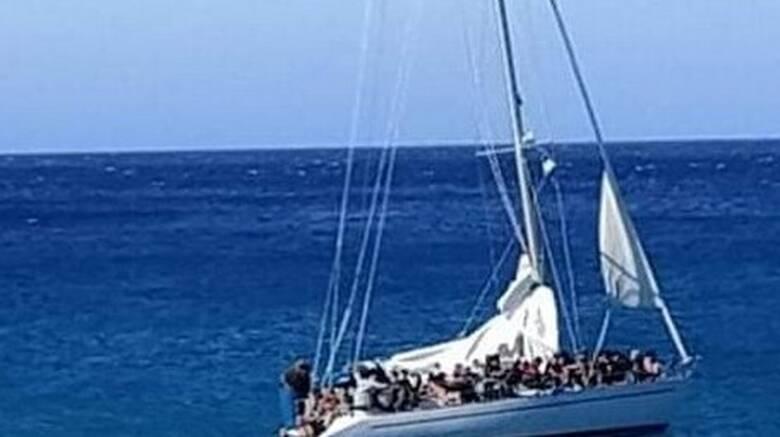 Χανιά: Εντοπίστηκε σκάφος με δεκάδες πρόσφυγες