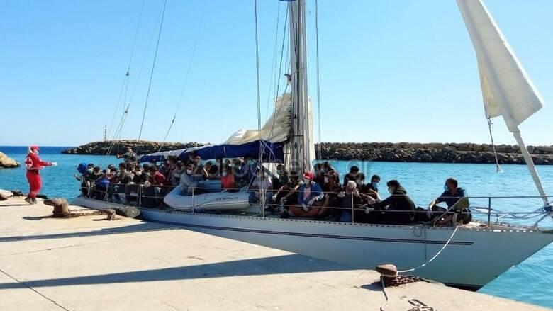 Χανιά: Ρυμουλκήθηκε το σκάφος που μετέφερε πρόσφυγες και μετανάστες