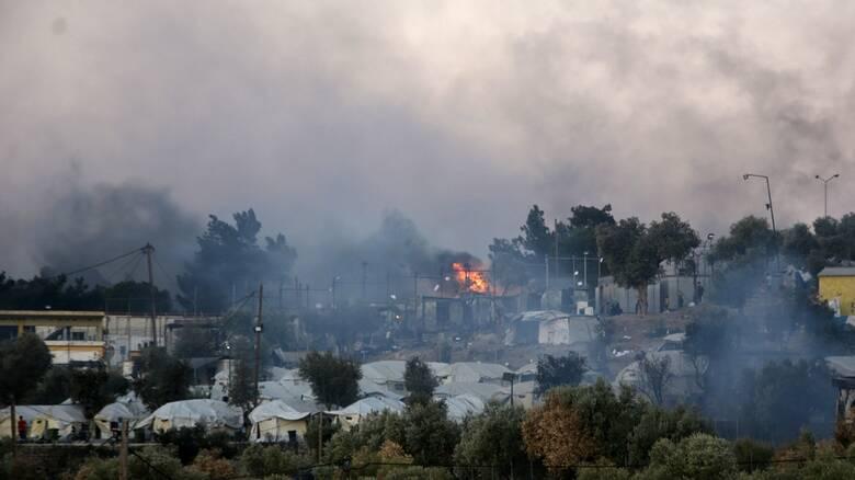 Φωτιά Μόρια: Φόβοι για νεκρούς - Αγωνία για χιλιάδες μετανάστες, μεταξύ αυτών κρούσματα κορωνοϊού