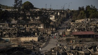 Δεύτερη νύχτα κόλασης στη Μόρια: Στους δρόμους κοιμήθηκαν οι μετανάστες