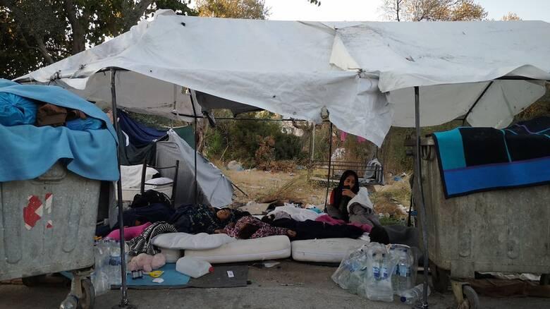 Δεύτερη νύχτα - κόλαση στη Μόρια: Σε δρόμους και χωράφια κοιμήθηκαν οι μετανάστες