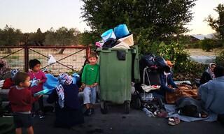 Εικόνες ντροπής από τη Μόρια: Παιδιά κοιμούνται δίπλα σε σκουπίδια
